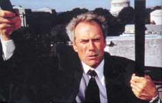 Clint EASTWOOD, u prizoru iz filma Na vatrenoj liniji, 1993., redatelj: Wolfgang Petersen